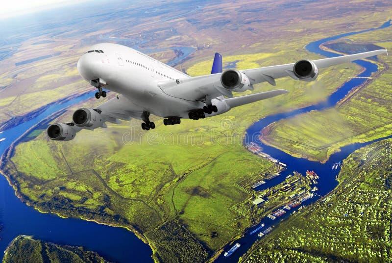 Modern vliegtuig in de hemel dichtbij Luchthaven. royalty-vrije stock afbeeldingen