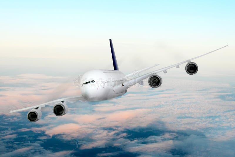 Modern vliegtuig in de hemel dichtbij Luchthaven. stock foto