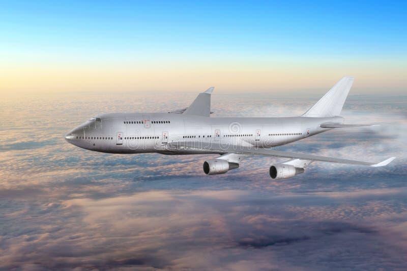 Modern vliegtuig in de hemel dichtbij Luchthaven. stock afbeelding