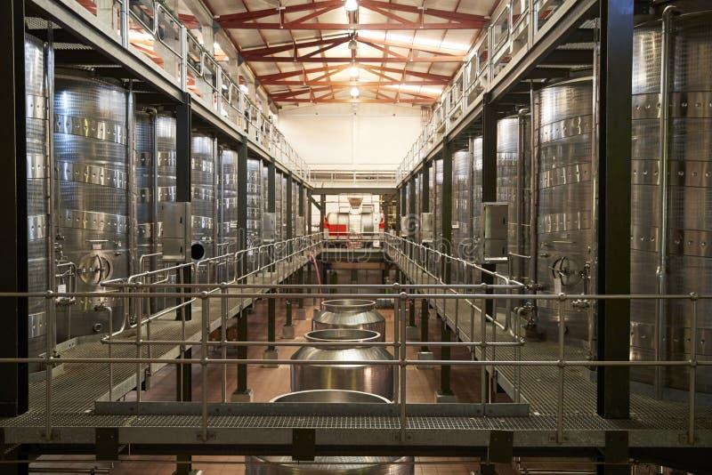 Modern winemakinglätthetsinre, sikt för raksträcka framåt arkivbild