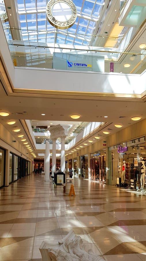 Modern winkelcentrum EUROPOLIS met blauwe vensters op lichte achtergrond Wandelgalerij hoge manier stock foto's
