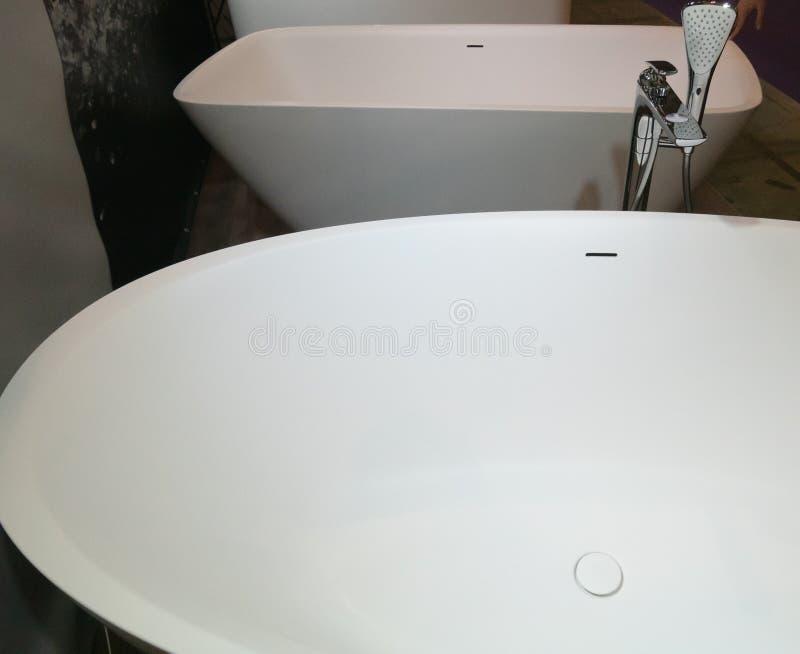 Modern wit bad bij toonzaal bij het diy pakhuis van de hadrwareopslag royalty-vrije stock fotografie