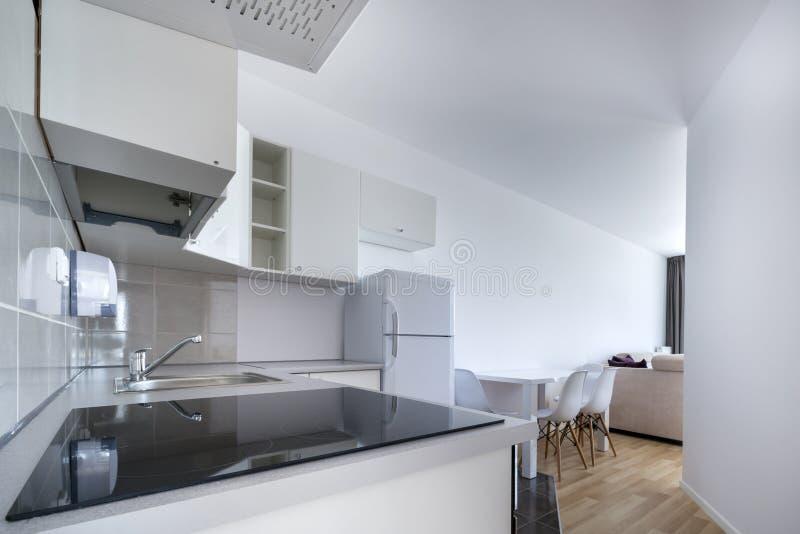 Modern, wit compact keuken binnenlands ontwerp stock afbeeldingen