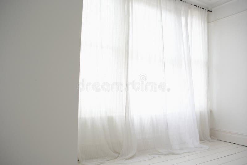 Modern wit gordijn in een lege ruimte royalty-vrije stock afbeeldingen