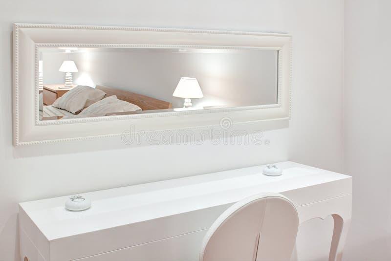 Modern wit meubilair de slaapkamer. royalty-vrije stock afbeeldingen