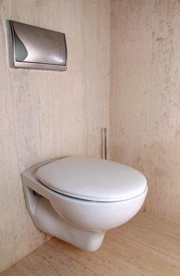 Modern wit toilet in een luxe marmeren badkamers stock afbeeldingen