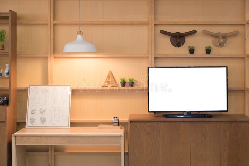 Modern wood hylla med plan TV i vardagsrum hemma Bo ro arkivbilder