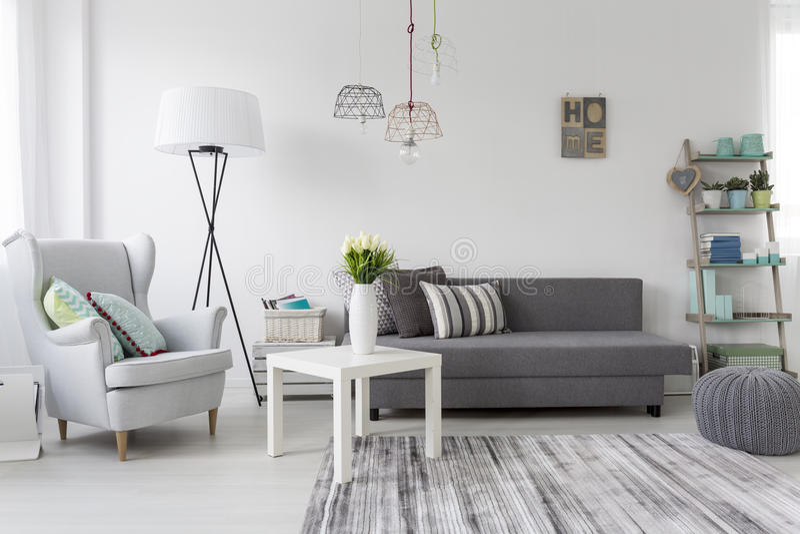 Modern woonkamerbinnenland met een grijze leunstoel royalty-vrije stock foto's