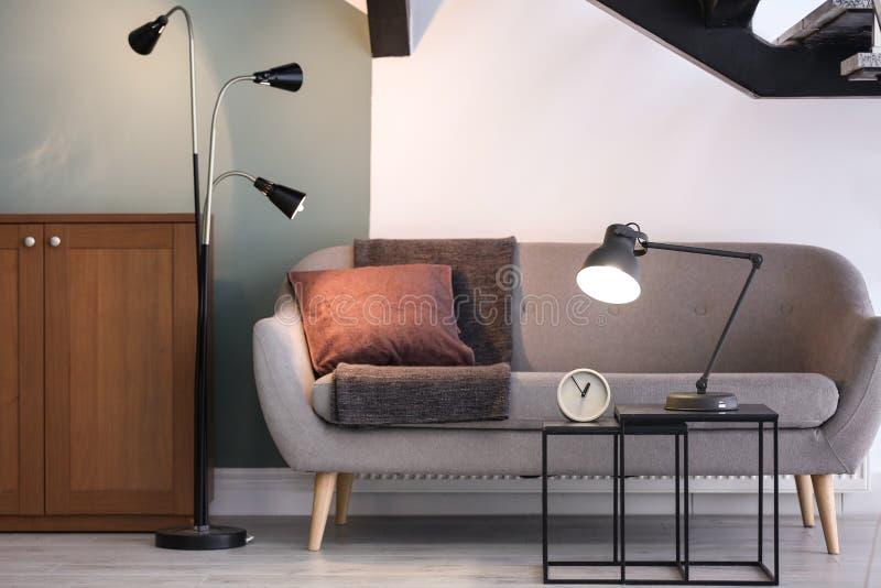 Modern woonkamerbinnenland met lampen stock fotografie