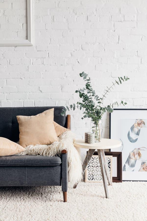 Modern woonkamerbinnenland met modieus decor stock foto's