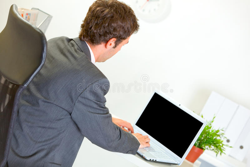 modern working för affärsmanbärbar dator royaltyfri bild