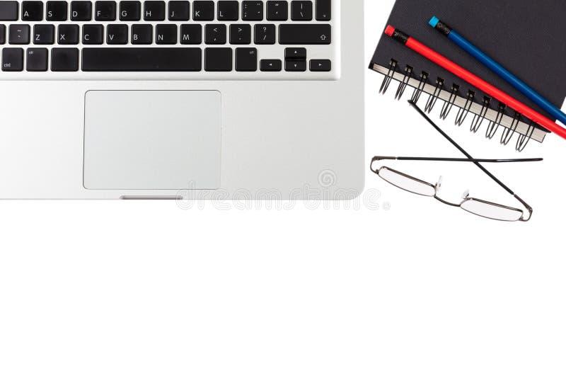 Modern workspace, bärbar dator och svartnotepad på vit bakgrund, kopieringsutrymme, bästa sikt arkivbilder