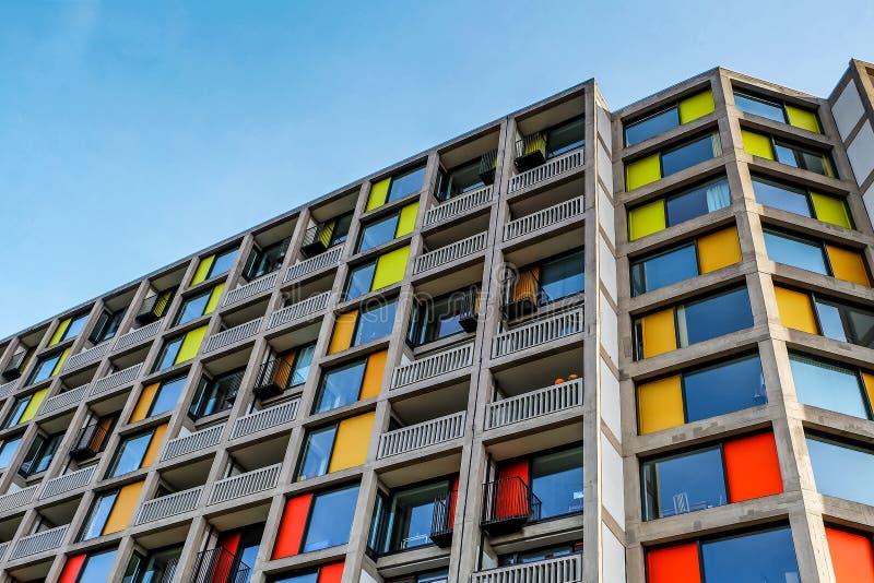 Modern yttersida av de nyligen renoverade lyxiga lägenheterna parkerar kullen arkivfoto