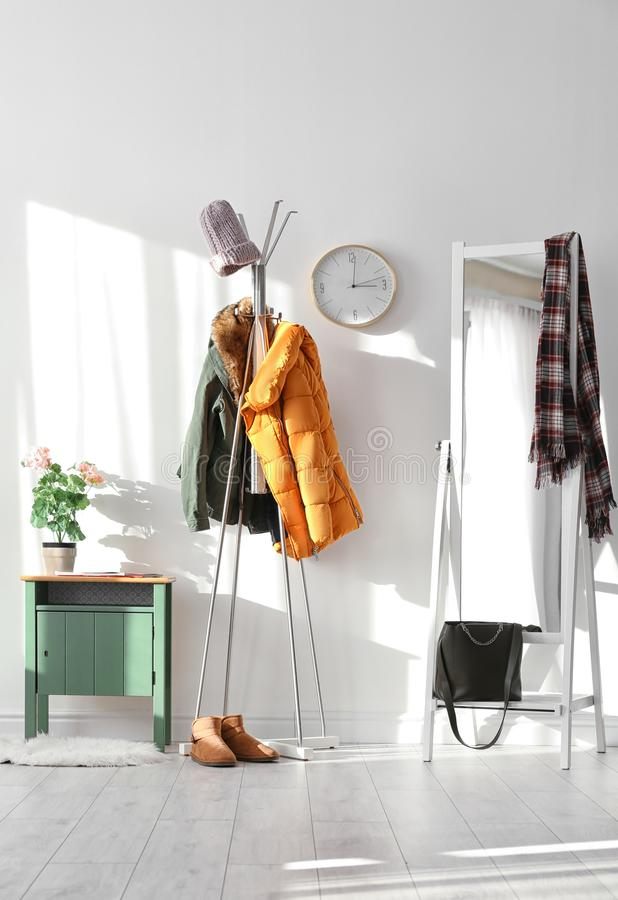 Modern zaalbinnenland met kleren stock foto