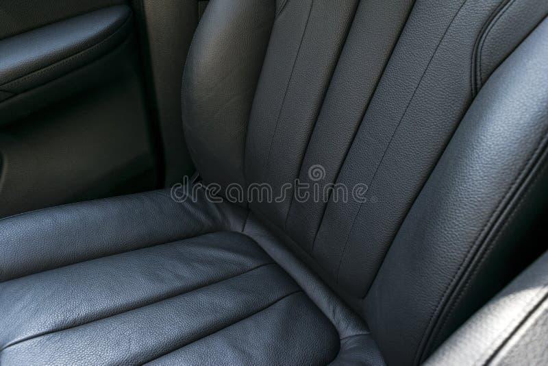 Modern zwart geperforeerd het leerbinnenland van de luxeauto Een deel van de zeteldetails van de leerauto moderne auto binnenland royalty-vrije stock foto