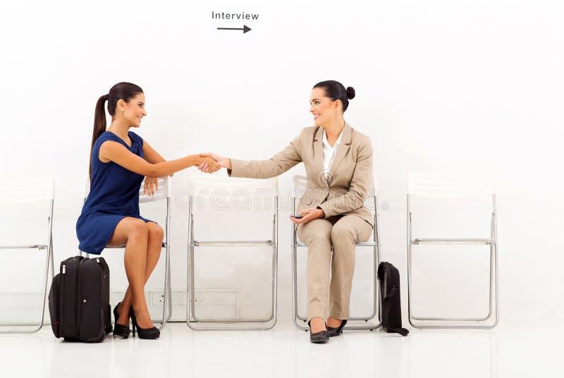 Affärskvinnor som greeting intervju arkivbild