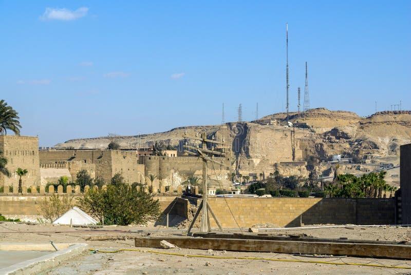 Moderna antenner på en kulle av sandsten deserterar, royaltyfri bild
