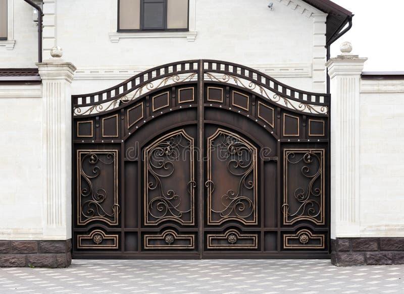 Moderna automatiska dekorativa portar arkivbilder
