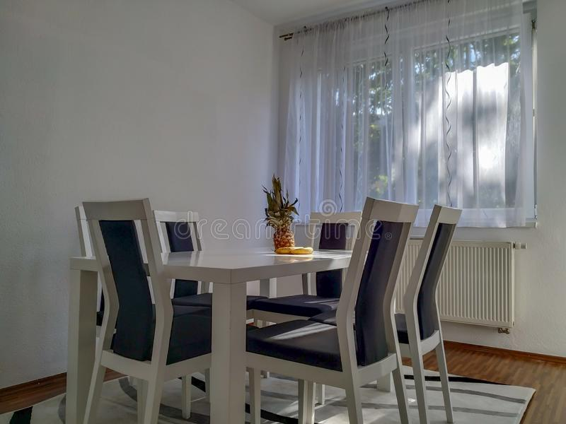 Sala Da Pranzo In Bianco E Nero Moderna Immagine Stock ...
