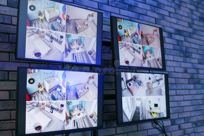 Moderna bildskärmar med video radioutsändning från säkerhetskameror inomhus royaltyfri bild