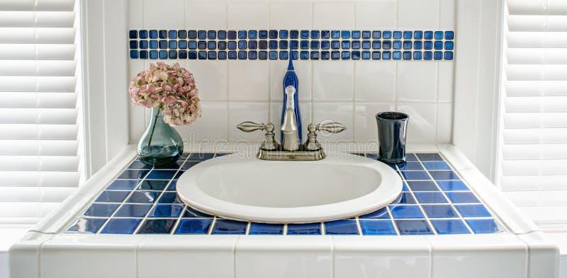 Moderna blått belagd med tegel fåfängavask royaltyfri bild