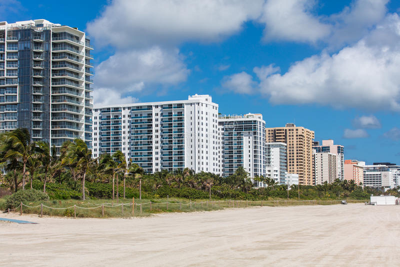 Moderna bostads- byggnader på kusten i Miami Beach fotografering för bildbyråer