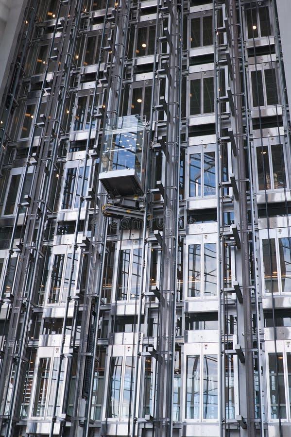 moderna byggande elevatorer royaltyfria bilder