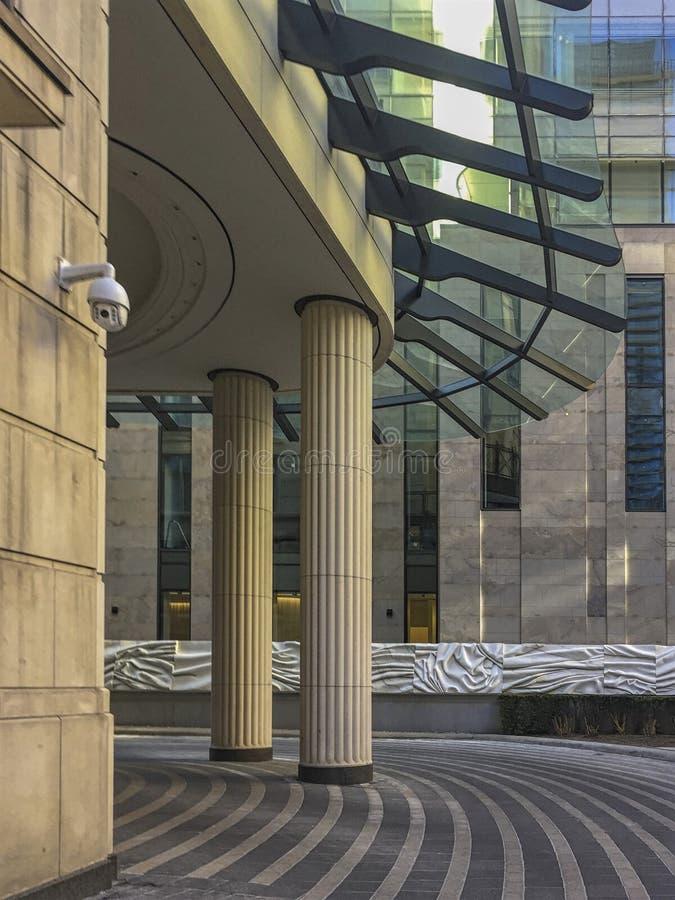 Moderna byggnader med klassiska stilkolonndetaljer arkivbilder