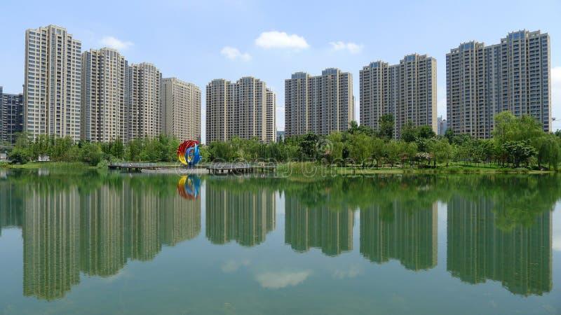 Moderna byggnader med sjön i Chengdu arkivfoton