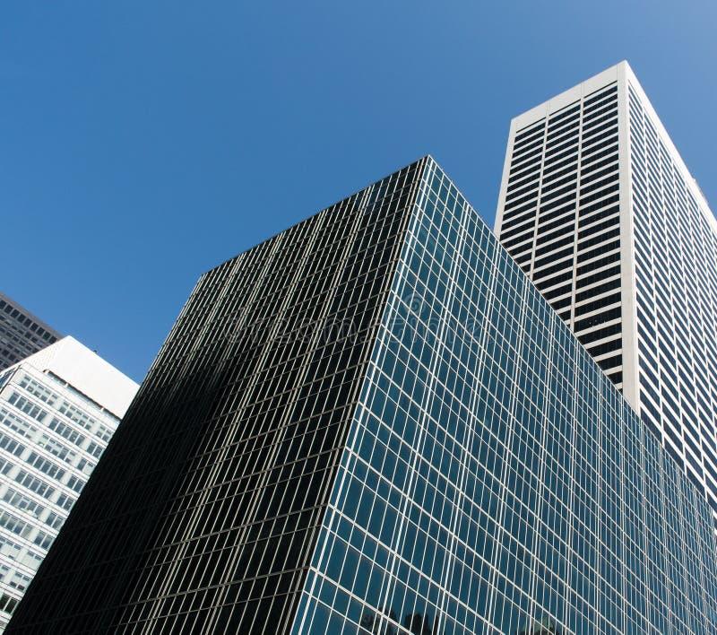 Moderna byggnader och blå sky Botten beskådar Stor stad royaltyfria bilder