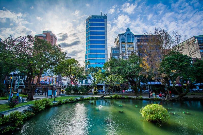 Moderna byggnader och ett damm på 2/28 fred parkerar, i Taipei, Taiwa royaltyfria bilder