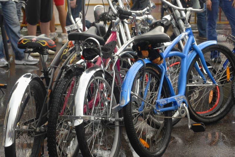 Moderna cyklar som är utomhus- i festivalpiknik Afisha för öppen luft, för journal över, 2013 år royaltyfri fotografi