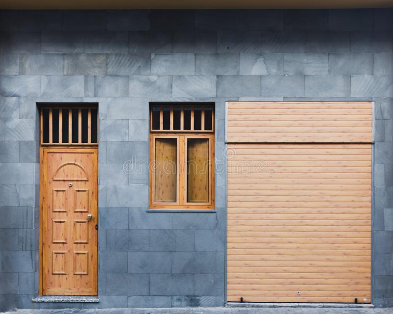Moderna dörrar för dörr-, fönster- och rullslutaregarage arkivfoto