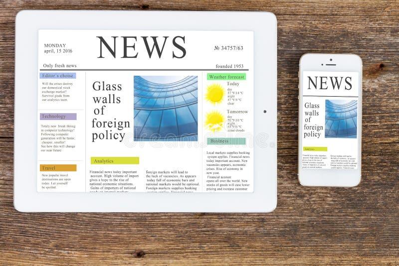 Moderna datorapparater med nyheternaplatsen fotografering för bildbyråer