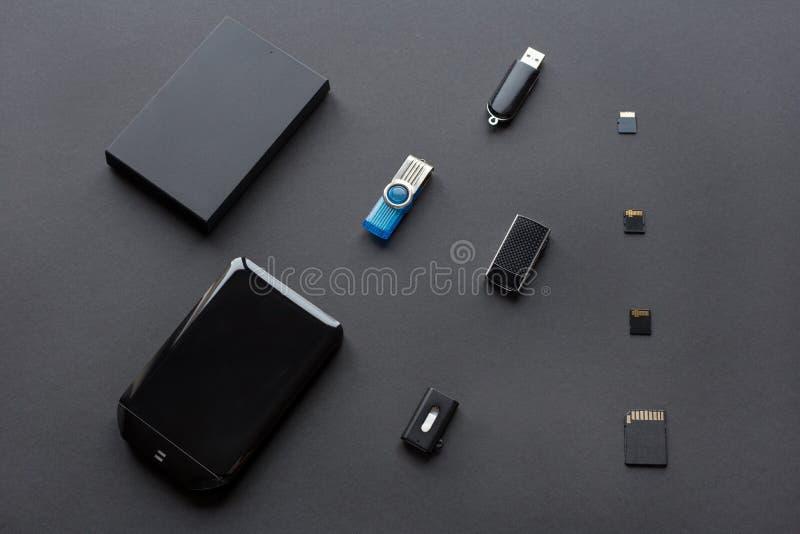 Moderna digitala apparater f?r ?verf?ringen och lagringen av information Pråliga drev, yttre hårddiskar och minneskort royaltyfri bild