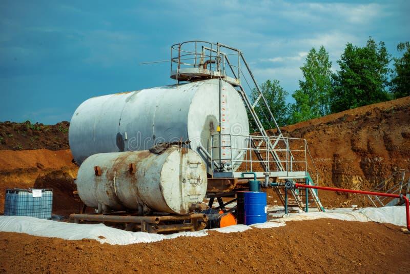 Moderna fábrica de química de tanques e oleodutos com grandes tanques de brilho para óleo do motor de mistura foto de stock royalty free