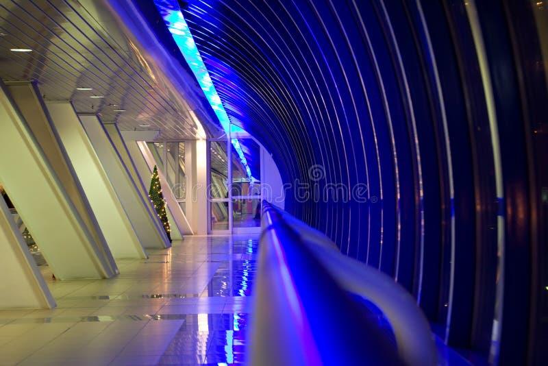 moderna fönster för byggnadskorridor royaltyfria foton
