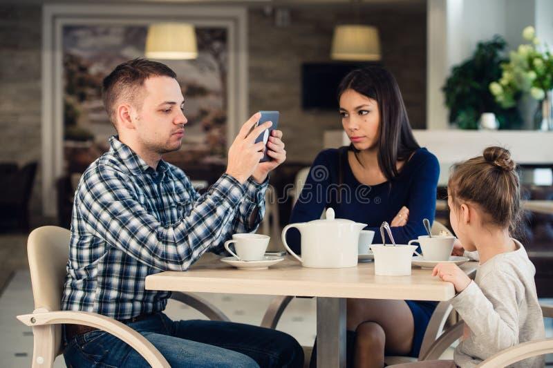 Moderna familjevärderingar Avla hemfallet om att använda minnestavlaPC för elektroniska apparater, medan hans olyckliga fru och d arkivbilder
