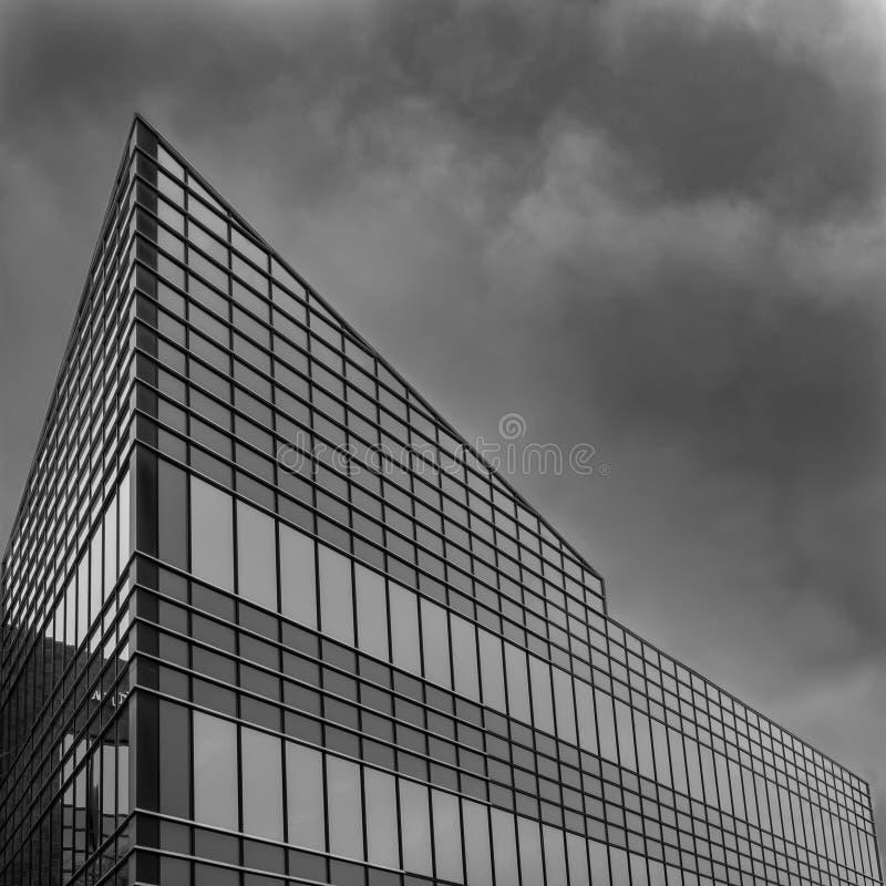 Moderna Geometricaly formade byggnad som pekar in mot himlen arkivbilder