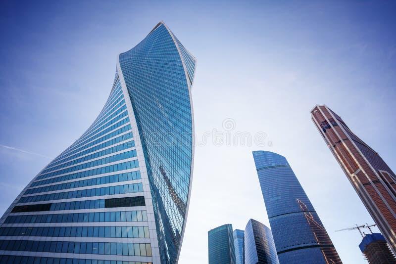 Moderna glass skyskrapor mot den blåa himlen och molnen, byggnaden av affärsmitten i Moskva royaltyfri bild
