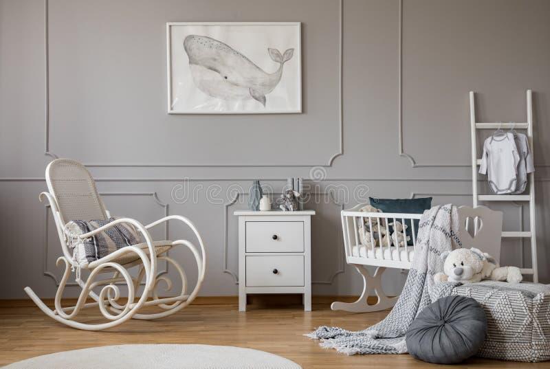 Moderna grå färger behandla som ett barn barnkammaredesign i hyreshus, kopieringsutrymme och affisch på den tomma väggen royaltyfria foton