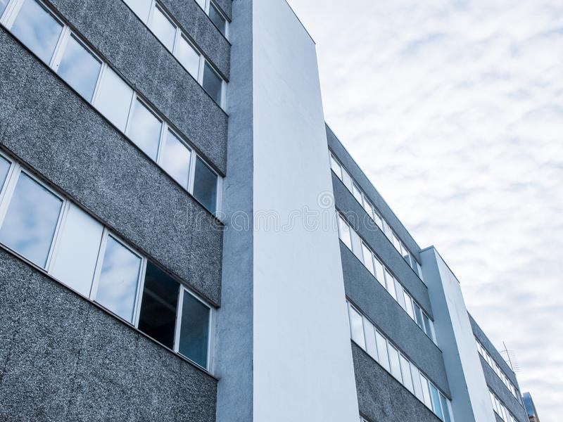 Moderna Gray Office Building med det öppna fönstret arkivfoton