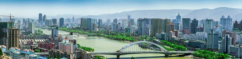 Moderna höghus som konstrueras på den södra banken av Yellowet River (Huang He) på Lanzhou, Gansu landskap, Kina fotografering för bildbyråer