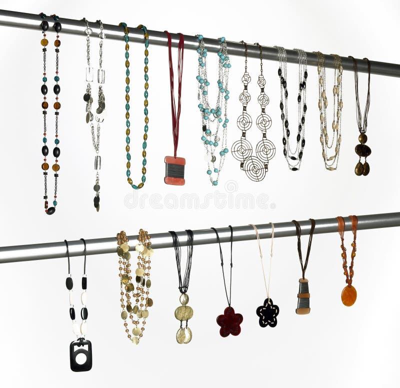 Moderna halsband som hängs på ett metalliskt rör royaltyfria bilder