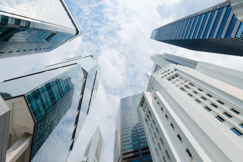 Moderna Highrisebyggnader sträcker Skyward på en delvis molnig dag arkivbilder
