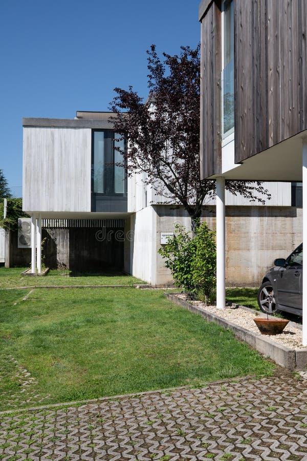 Moderna hus med tr?cladding arkivbilder