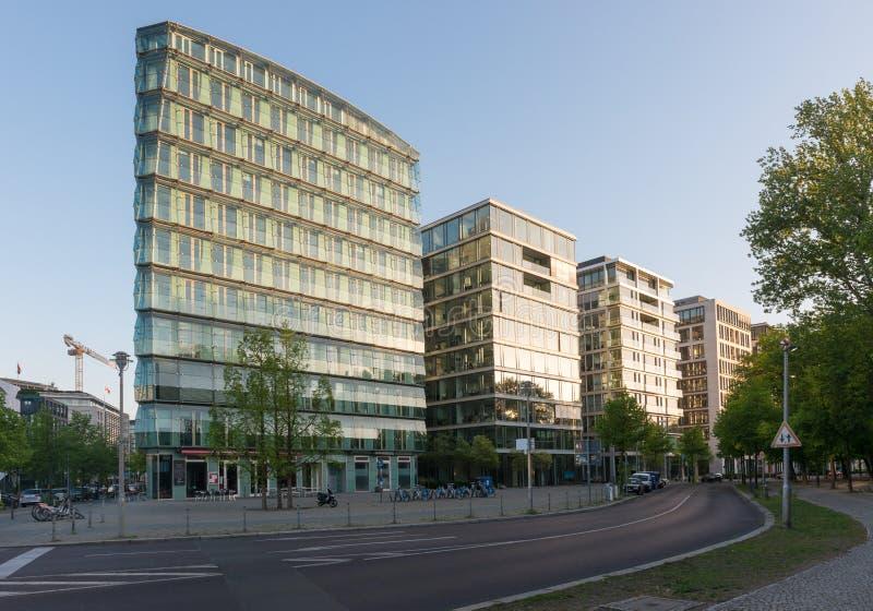 Moderna hyreshusar i Berlin, Tyskland fotografering för bildbyråer