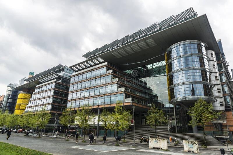 Moderna hyreshusar och kontor i Berlin, Tyskland royaltyfri fotografi