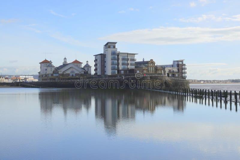Moderna hyreshusar på sjösidaön royaltyfri foto