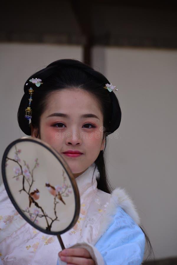 Moderna kinesiska flickor i forntida dräkter royaltyfri foto